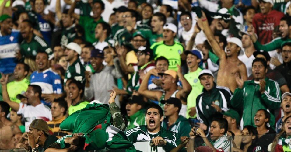 22.jan.2013 - Torcida do Palmeiras faz festa durante o jogo contra o Santos