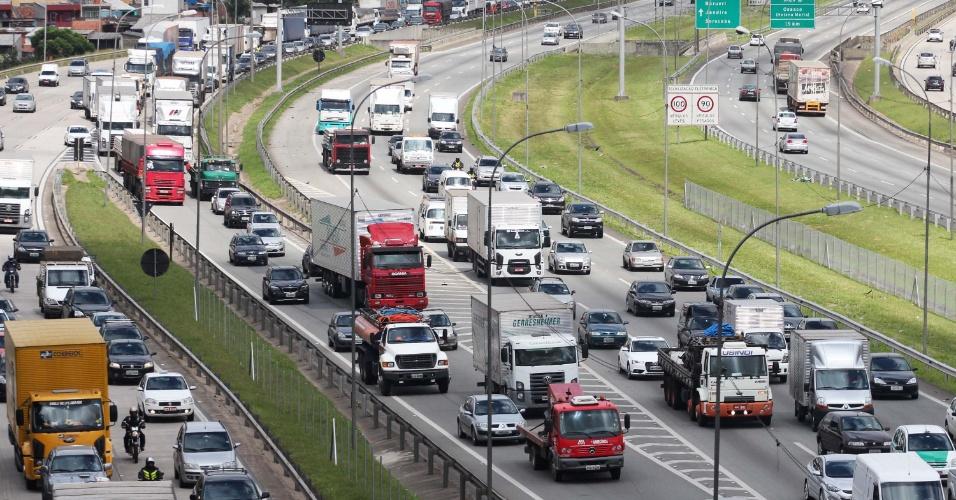 22.jan.2013 - Trânsito fica intenso na manhã desta terça-feira (22), na rodovia Presidente Castello Branco, altura do km 15 em Osasco (SP), sentido São Paulo