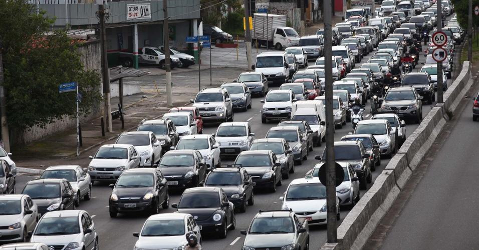22.jan,2013 - Trânsito intenso na manhã desta terça-feira (22), na avenida Bandeirantes, próximo ao aeroporto de Congonhas, zona sul da cidade de São Paulo (SP)