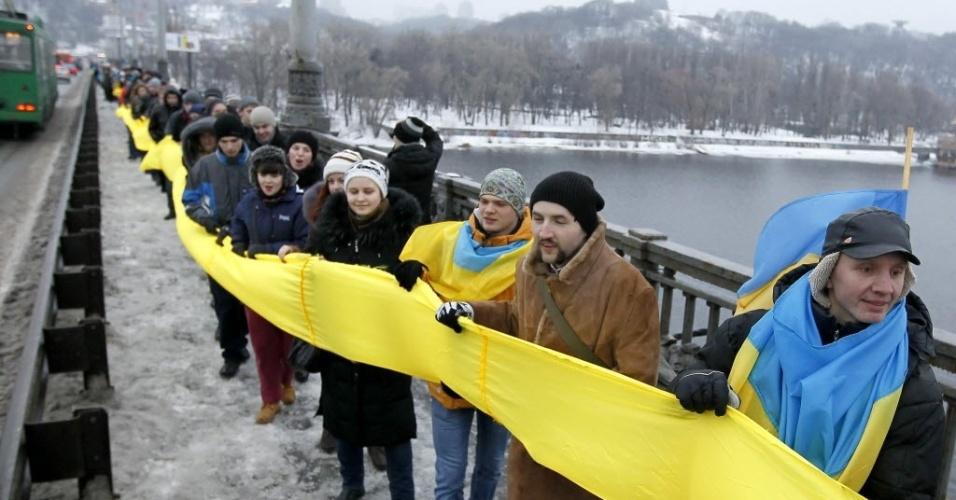 22.jan.2013 - Ucranianos formam uma corrente humana em uma ponte em Kiev, na Ucrânia, em comemoração ao 94º aniversário da unificação da Ucrânia, em 1919