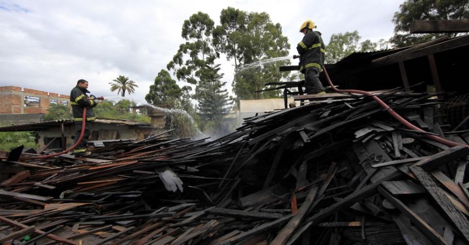 22.jan.2013 - Um incêndio destruiu parte de uma madeireira, em Nova Lima, na região metropolitana de Belo Horizonte, na madrugada desta terça-feira (22). De acordo com o Corpo de Bombeiros, o fogo, que começou por volta das 4h e foi contido duas horas e meia depois, danificou parte da estrutura do estabelecimento comercial. As causas do incêndio são desconhecidas e serão investigadas pela polícia. No local, segundo os bombeiros, não havia ninguém