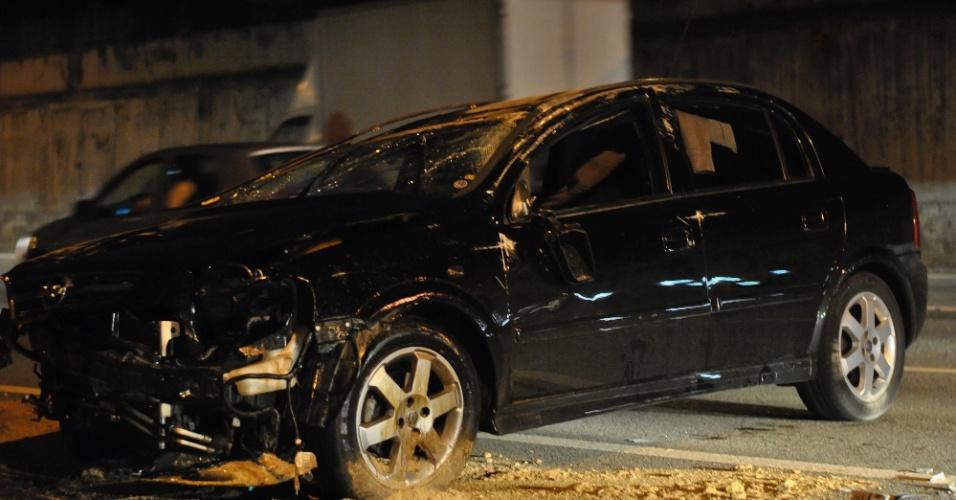 22.jan.2013 - Um motorista ficou ferido ao perder o controle do veículo e capotar na marginal Pinheiros, nas proximidades da ponte Engenheiro Ary Torres, na zona sul de São Paulo