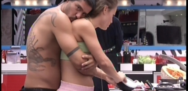 22.jan.2013 - Yuri abraça Natália e dá beijos em seu pescoço. O brother está investindo na gaúcha