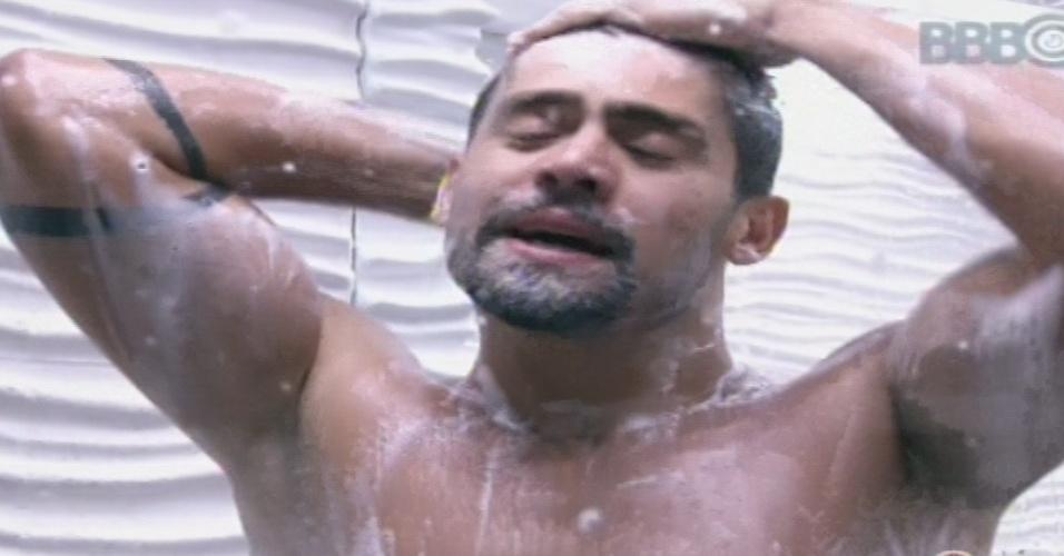 "22.jan.2013 - Yuri toma banho na casa do ""BBB13"""