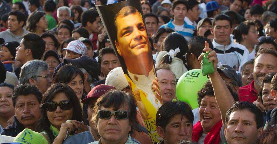 22.jan.2013- Apoiadores do presidente equatoriano Rafael Correa seguram pôsteres do político em um evento de sua campanha para a reeleição, na cidade de Ambato