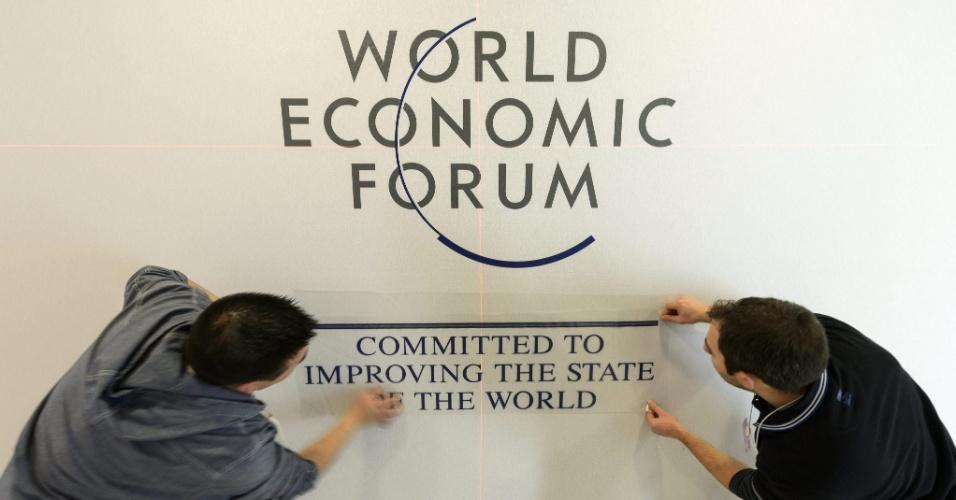 22.jan.2013- Dois funcionários finalizam os últimos detalhes no Centro de Convenções de Davos, na Suíça, que a partir desta quarta-feira (23) recebe a 43ª edição do Fórum Econômico Mundial. O evento que reúne diversas autoridades acontece entre os dias 23 e 27 de janeiro