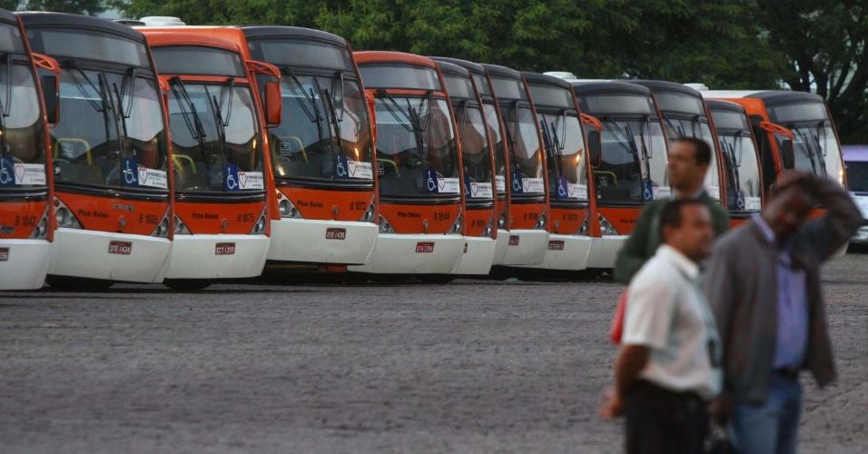 22.jan.2013- Motoristas e cobradores de  ônibus da Transpass realizam uma greve em São Paulo, para reivindicar um reajuste salarial. A greve afeta os moradores da zona oeste da capital paulista. Nenhum dos 366 ônibus saiu das garagens