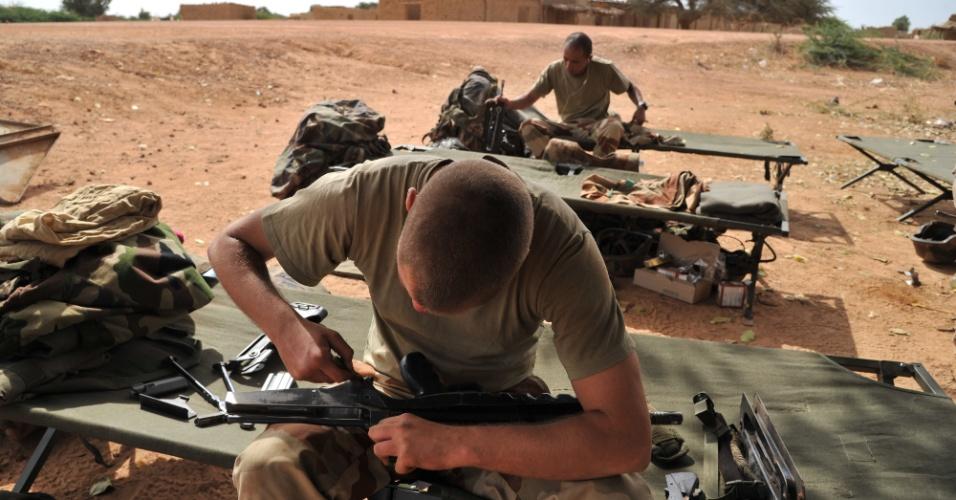 22.jan.2013- Soldado francês limpa sua arma perto da cidade de Diabaly, no Mali. A União Europeia anunciou uma ajuda humanitária de 20 milhões de euros para ajudar os malineses que deixaram as cidades de Diabaly e de Douentza, que antes estavam nas mãos de grupos extremistas e foram tomadas por forças francesas