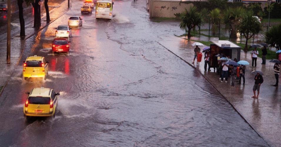 22.jan.2013- Via amanhece alagada no centro do Rio de Janeiro, após as fortes chuvas da madrugada.