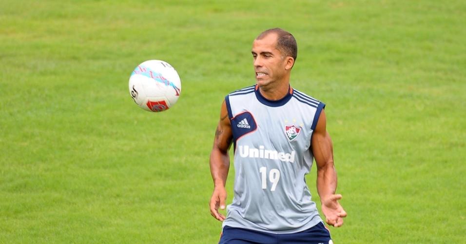 Felipe tenta dominar a bola durante treinamento do Fluminense nas Laranjeiras