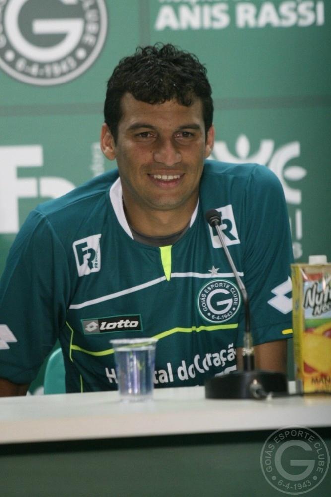 Neto Baiano concede primeira entrevista coletiva como jogador do Goiás