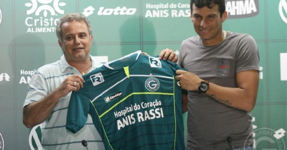 Neto Baiano recebe a camisa do Goiás das mãos do diretor Marcelo Segurado