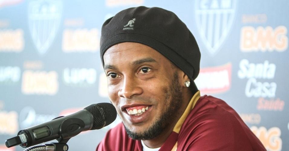 Ronaldinho Gaúcho concede entrevista na Cidade do Galo (22/1/2013)