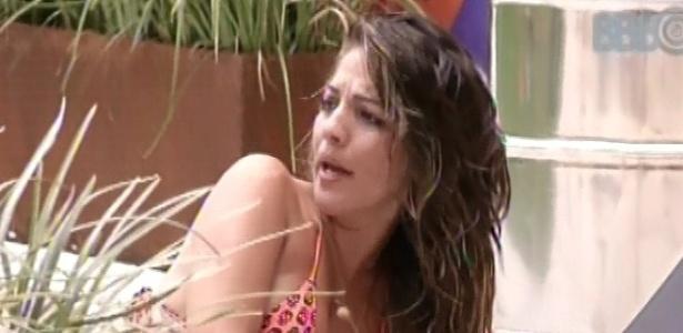 22.jan.2013 - Anamara reclama que ninguém a ajudou a cortar alho e cebola no domingo