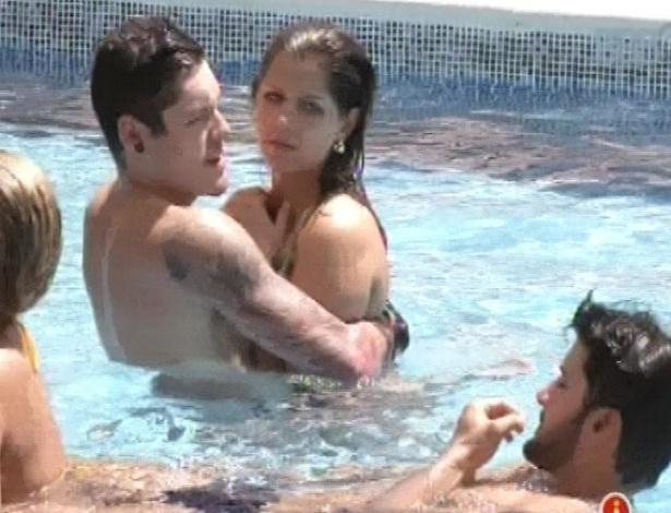 22.jan.2013 - Andressa e Nasser ficam abraçados na piscina diante dos brothers