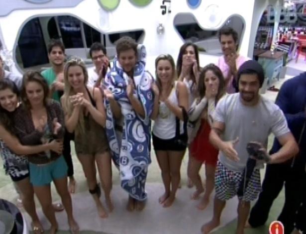 22.jan.2013 - Brothers conversam com a apresentadora Ana Maria Braga, que tirou todo mundo da cama nesta manhã
