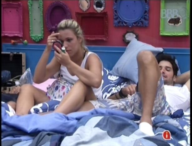 22.jan.2013 - Marien e Marcello conversam antes de dormir depois da noite com paredão