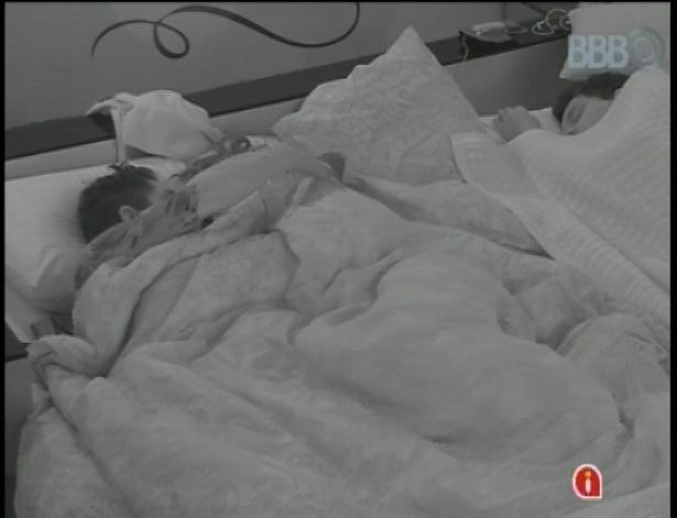 22.jan.2013 - Nasser e Andressa trocam carinhos e sussurros embaixo do edredom no quarto do líder