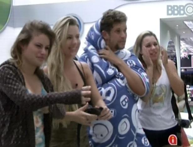 """22.jan.2013 - Os participantes do """"BBB13"""" foram acordados por Ana Maria Braga nesta manhã"""