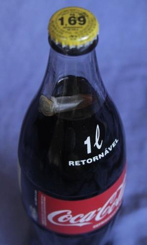 23.jan.2013 - Comerciante encontrou um objeto plástico semelhante a uma cápsula, comumente utilizada por traficantes para embalar droga, dentro de uma garrafa de 1 litro do refrigerante Coca-Cola