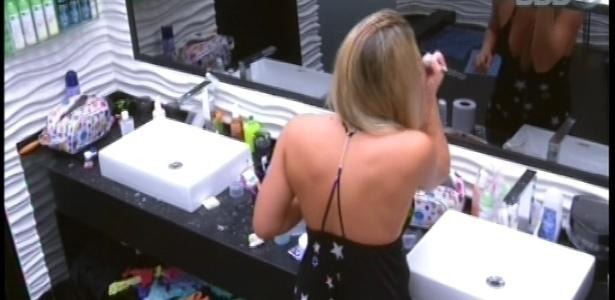 23.jan.2013 - Fani se levanta para ir ao banheiro, penteia o cabelo e passa maquiagen