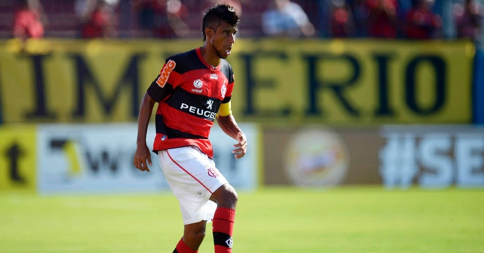 23.jan.2013 - Lateral direito Léo Moura conduz a bola durante a partida contra o Madureira, pela segunda rodada do Estadual do Rio