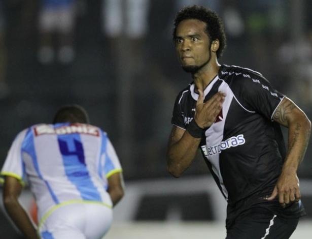 23.jan.2013 - Meia Carlos Alberto comemora o segundo gol do Vasco contra o Macaé, em partida válida pela segunda rodada do Estadual do Rio