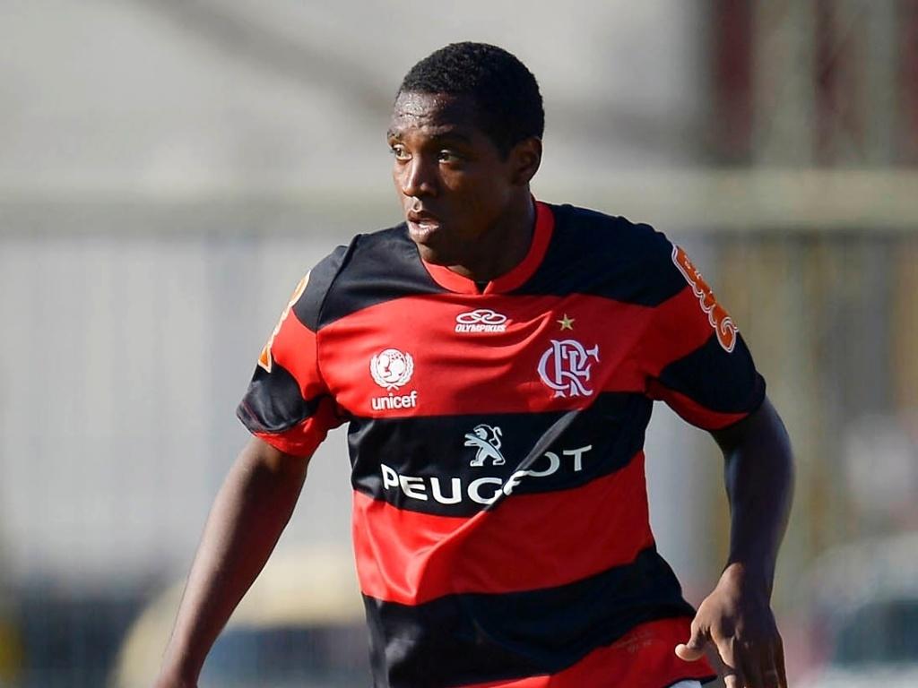 23.jan.2013 - Meia Renato Abreu arma o jogo pelo Flamengo durante a partida contra o Madureira, pela segunda rodada do Estadual do Rio