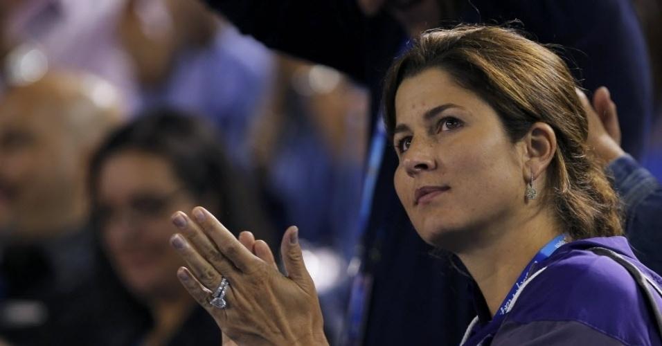 23.jan.2013 - Mirka Federer, esposa do suíço, aplaude jogada do marido na vitória de Roger contra Tsonga