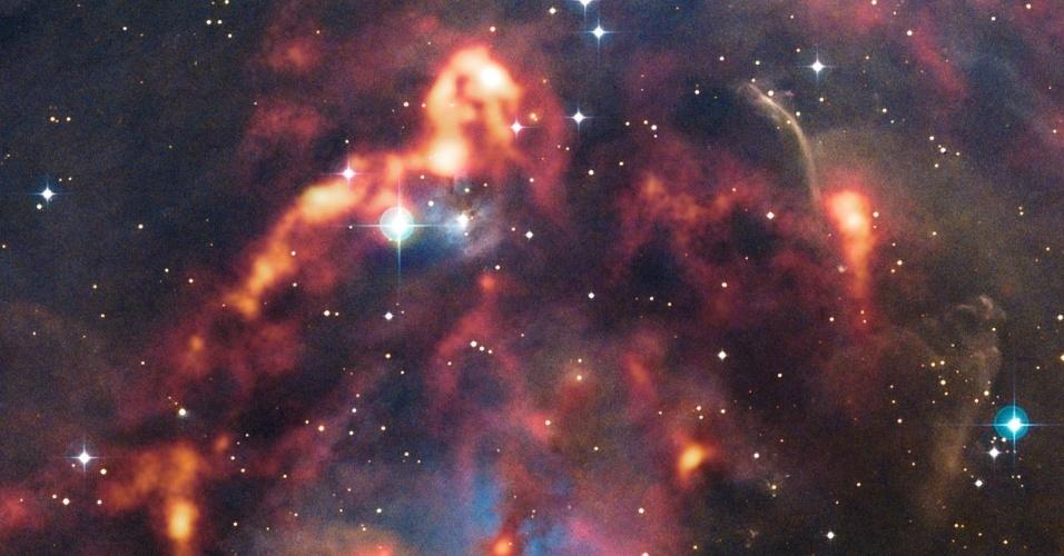 23.jan.2013 - O telescópio Apex (Atacama Pathfinder Experiment), no Chile, captou nova imagem da nuvem de poeira cósmica na região de Órion, a 1500 anos-luz de distância. Já que a câmera detecta o calor emitido pelos grãos de poeira, consegue revelar segredos escondidos na escuridão, como a nebulosa NGC 1999. Segundo o Observatório Europeu do Sul, a nebulosa é principalmente iluminada pela radiação emitida pela V380 Orionis, uma jovem estrela que está no seu centro