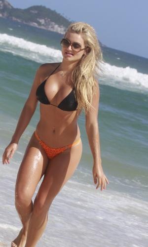 "23.jan.2013 - Thaiz Schmitt, a coelhinha brasileira da ""Playboy"", curtiu praia na zona oeste do Rio"