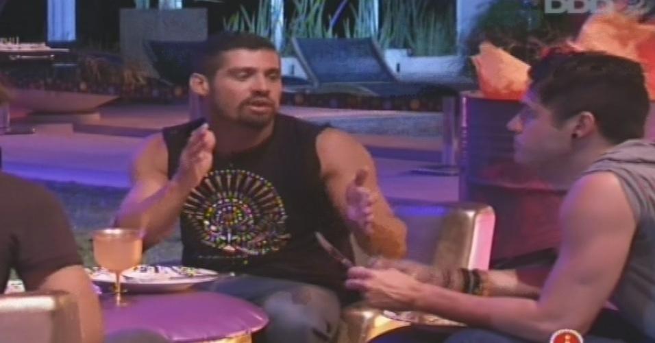 23.jan.2013 - Yuri comenta com Nasser que estrtégia de Marcello é deixar as mulheres
