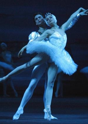 """28.fev.2001 - Galina Stepanenko e Dmitry Belogolovtsev em ensaio de """"O Lago dos Cisnes"""" no Balé Bolshoi, em Moscou - AFP PHOTO / ALEXANDER NEMENOV"""