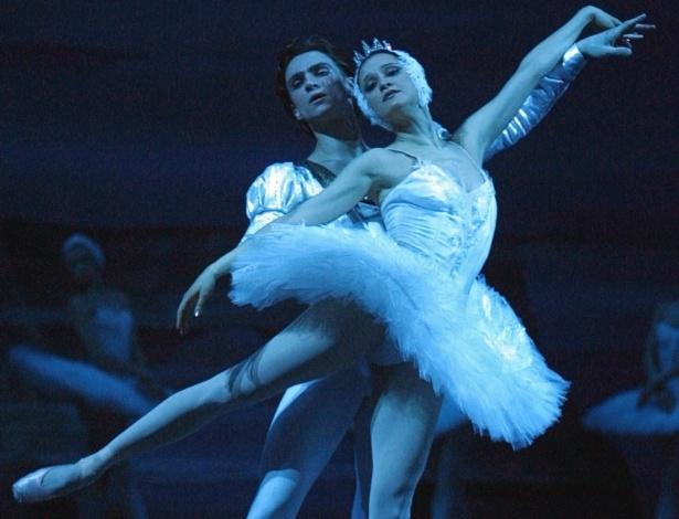 """Galina Stepanenko e Dmitry Belogolovtsev em ensaio de """"O Lago dos Cisnes"""" no Balé Bolshoi, em Moscou - AFP PHOTO / ALEXANDER NEMENOV"""
