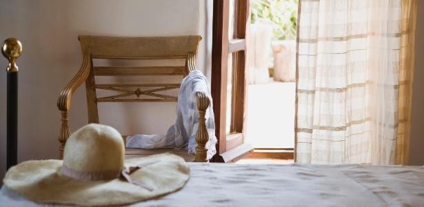 Cortinas feitas de tecidos leves ajudam a afastar o calor e deixam o ambiente mais clean - Getty Images