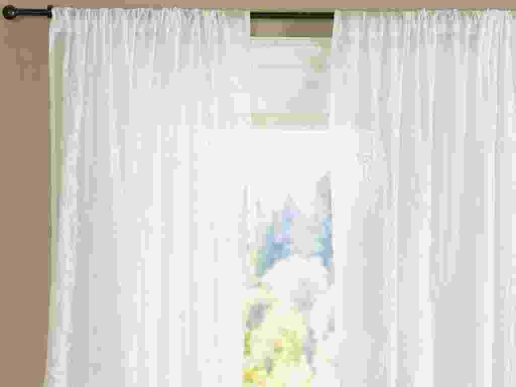 Em voile, a cortina Carmen protege dos raios solares, mas sua transparência mantém o ambiente iluminado. Disponível em cinco comprimentos na Pottery Barn (www.potterybarn.com). Sai por cerca de R$ 161 (preço varia de acordo com o comprimento + frete e taxas) | Preços pesquisados em janeiro de 2013 e sujeitos a alterações - Divulgação