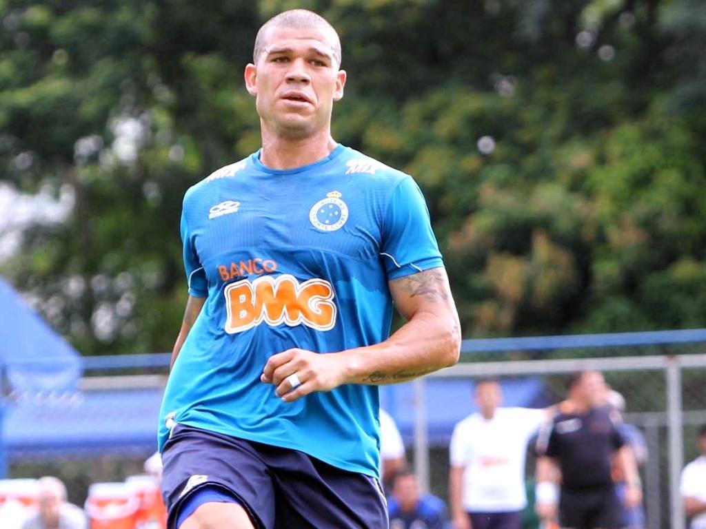Volante Nilton participa de jogo-treino do Cruzeiro na Toca da Raposa I (23/1/2013)