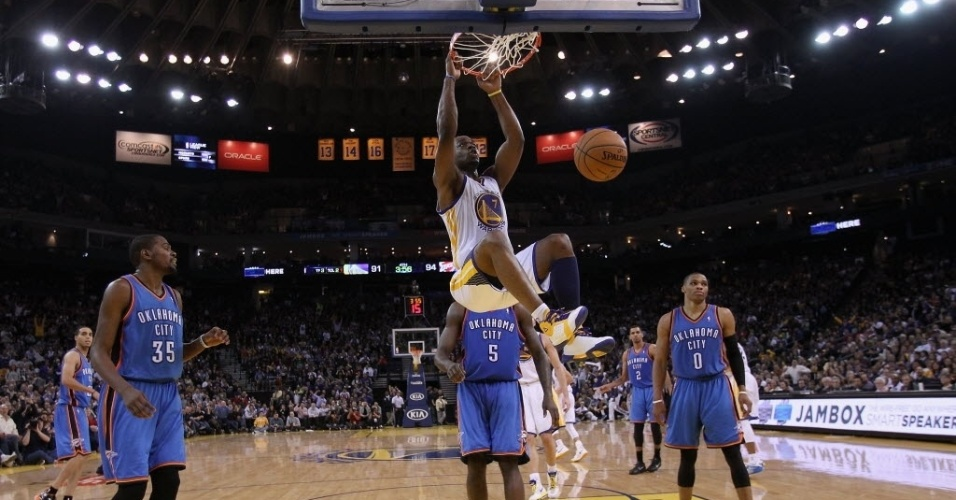 23.jan.2013 - Carl Landry enterra para o surpreendente Golden State Warriors, que venceram o Thunder em casa