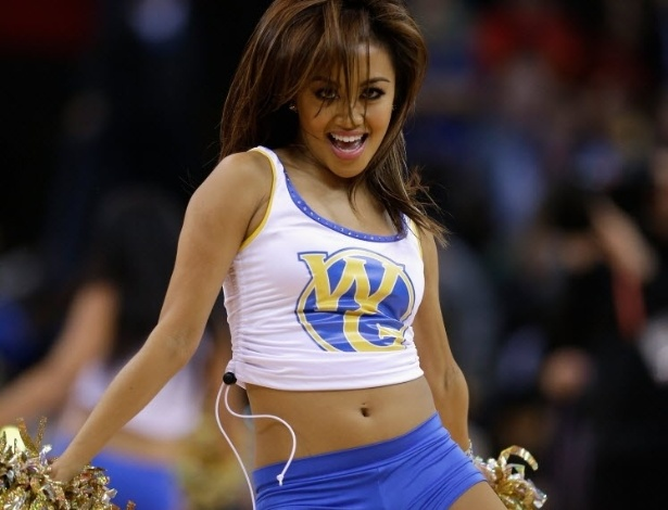 23.jan.2013 - Cheerleader do Golden State Warrior dança na vitória da equipe sobre o Oklahoma City Thunder