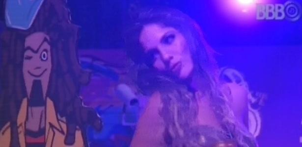 24.jan.2013 - Anamara manda beijos para boneco durante a festa Charm