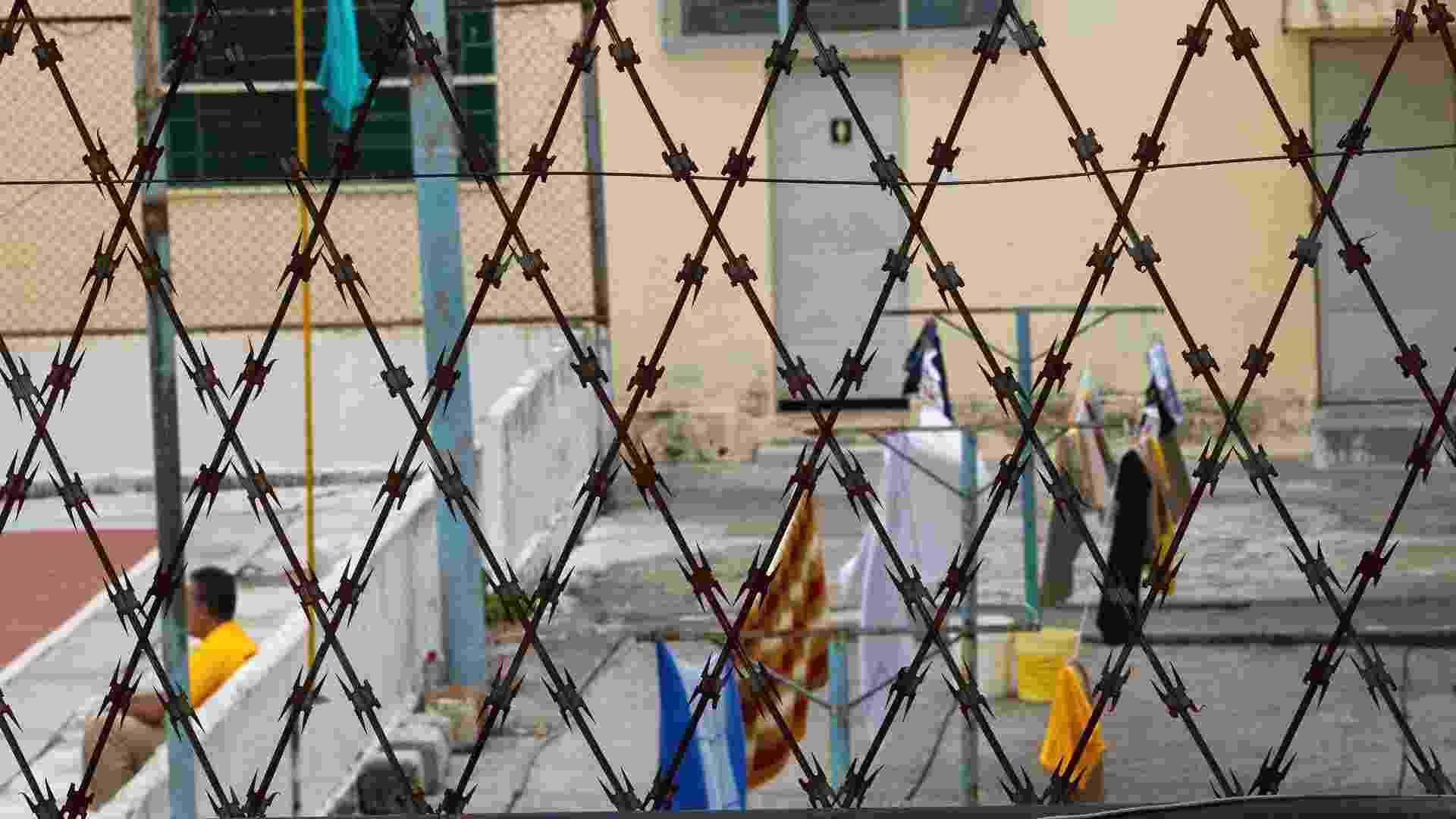24.jan.2013 - Detento descasa na quadra de esportes. Caso não estejam trabalhando, eles têm autorização para utilizar a quadra ou a academia até as 18 horas - Fernando Donasci/UOL