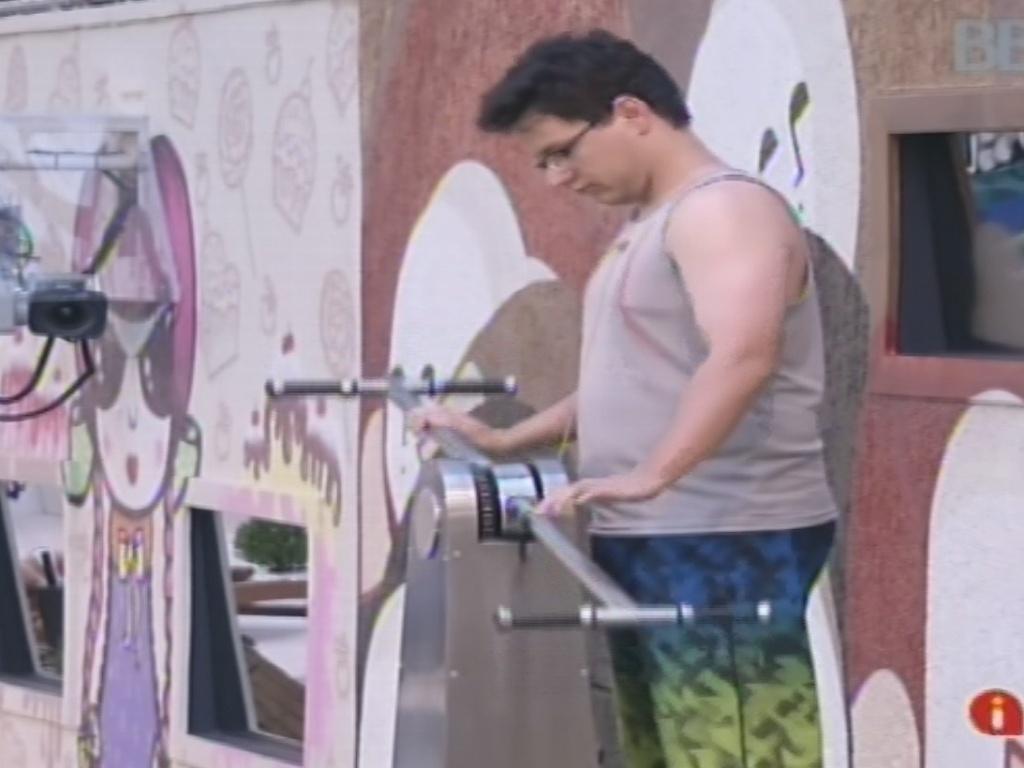 24.jan.2013 - Enquanto faz exercício para bombear água quente, Ivan especula sobre quem Marcello deve vetar da prova do líder
