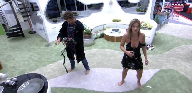 24.jan.2013 - Fani e Aslan acordam e dançam na sala o hit de Naldo,