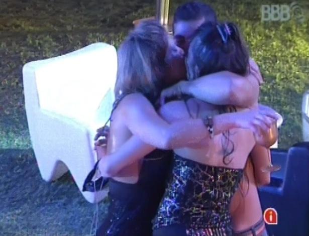 24.jan.2013 - Fani, Yuri e Kamilla dão selinho triplo durante a festa Charme