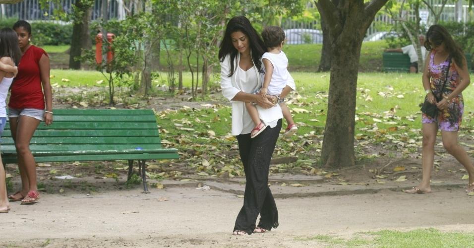 24.jan.2013 - Grávida pela segunda vez, Juliana Paes passeia com o filho Pedro por pracinha da zona oeste do Rio. O menino tem dois anos e é fruto do relacionamento da atriz com o empresário Carlos Eduardo Baptista