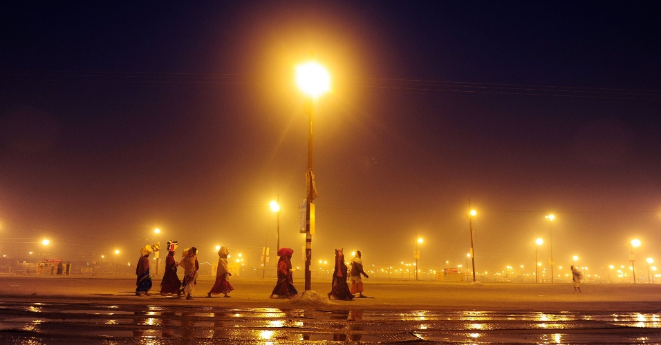 24.jan.2013 - Hindus caminham durante a sua chegada a Kumbh Mela, na cidade de Allahabad, na Índia. Os peregrinos viajam até o local para se banhar em águas sagradas