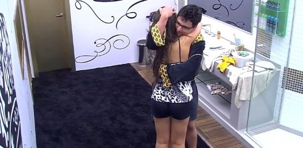 24.jan.2013 - Ivan e Andressa conversam sobre a bebedeira da sister na festa Charme