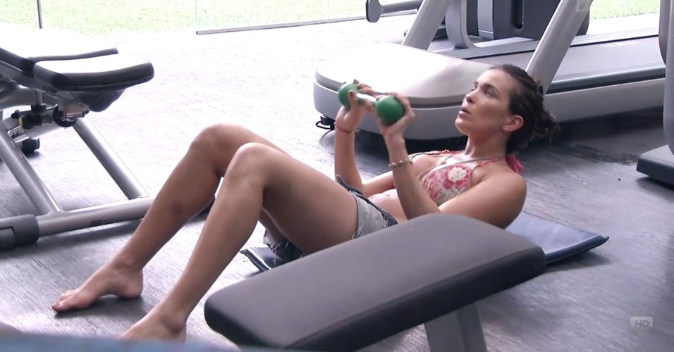 24.jan.2013 - Kamilla faz exercícios sozinha na academia