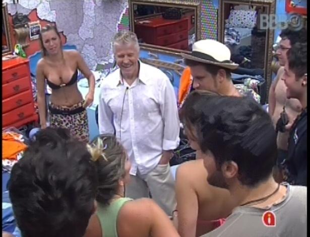 """24.jan.2013 - Miguel Falabella visitou a casa do """"BBB13"""" e foi ao quarto brechó"""