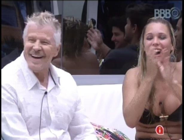 """24.jan.2013 - Miguel Falabella assistiu junto com os brothers o trailer do humorístico """"Pé na Cova"""", que estreia hoje a noite na Globo"""